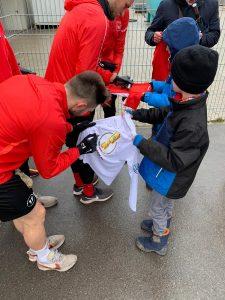 Niklas holt sich die Autogramme der Spieler
